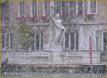 La Statue de la Liberté dans la Tempête de Neige à Venise