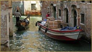 Gondole et péniche de transport vénitienne, sur le rio de San Lio, entre les sestieri du Castello et du Cannaregio à Venise.
