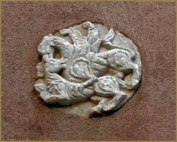Sculpture d'un Griffon en train de tuer une brebis, représentant le combat de la vertu contre le vice, datant du XIe siècle, Corte Morosina à Venise.