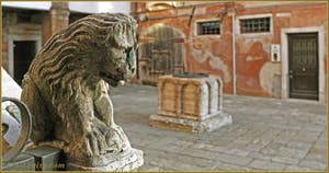 Le petit lion de l'escalier du Palazzo Lion, Campiello del Remer, dans le Sestier du Cannaregio à Venise.