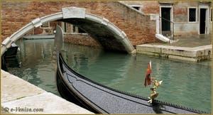 Gondole sur le rio dei Miracoli, devant le pont de Santa Maria Nova, dans le Sestier du Cannaregio à Venise.