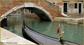 Gondole sur le rio dei Miracoli, dans le Sestier du Cannaregio à Venise