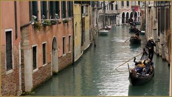 Gondole et Sandoli sur le rio dei Santi Apostoli, dans le Sestier du Cannaregio à Venise.
