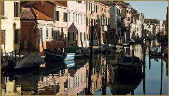 Reflets sur le rio de la Sensa, dans le Sestier du Cannaregio à Venise.