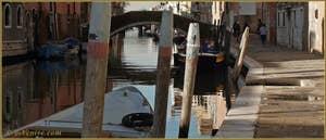 Reflets sur le rio de la Madona de l'Orto, au fond, le pont de la Madona de l'Orto, dans le Sestier du Cannaregio à Venise.