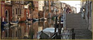 Reflets sur le rio de la Sensa, avec à droite, le pont Brazzo, dans le Sestier du Cannaregio à Venise.