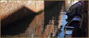 Reflets sur le rio dei Trasti, dans le Sestier du Cannaregio à Venise.