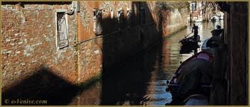 Mascareta et reflets sur le rio dei Trasti, dans le Sestier du Cannaregio à Venise.