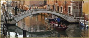 Mascareta (petit Sandolo) et reflets sous le pont del Forno, sur le rio de la Sensa, dans le Sestier du Cannaregio à Venise.