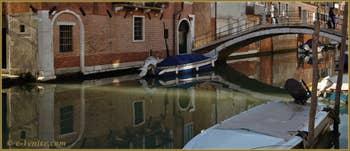 Reflets sur le rio de la Sensa devant le pont de la Malvasia, dans le Sestier du Cannaregio à Venise.