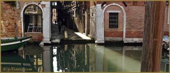 Reflets sur le rio de la Sensa devant la Calle Calergi, dans le Sestier du Cannaregio à Venise.