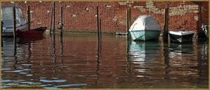 Reflets sur le rio de San Girolamo Ormesini à l'endroit où il croise le rio del Batelo, dans le Sestier du Cannaregio à Venise.