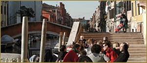 Terrasse de café sur la Fondamenta degli Ormesini, juste avant le pont de le Torete, dans le Sestier du Cannaregio à Venise.