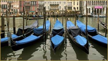 Les gondoles de la Riva del Vin, dans le Sestier de San Polo à Venise.