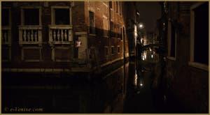 La nuit à Venise : le rio et le pont de la Tetta, dans le Sestier du Castello.