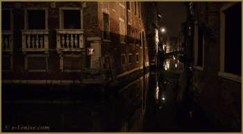La nuit à Venise : le rio et le pont de la Tetta