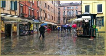 Parapluies sur le Campo Santa Marina, dans le Sestier du Castello à Venise.