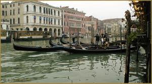 Gondoles et Gondoliers sur le Grand Canal de Venise