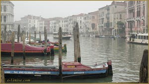 Voile de brume sur le Grand Canal de Venise.