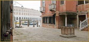 Le Campiello del Remer avec au fond, le Grand Canal et les Fabriche Nove, dans le Sestier du Cannaregio à Venise.