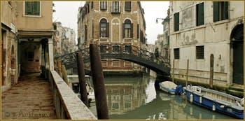 La Fondamenta dei Felzi, le long du rio del Paradiso Pestrin, au fond, le pont dei Consafelzi ou Pinelli, dans le Sestier du Castello à Venise.