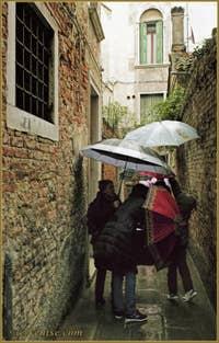 Code de Conduite en parapluie à Venise, calle del Manganer, dans le Sestier du Cannaregio à Venise.