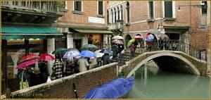 La Fondamenta del Piovan sous la pluie, dans le Sestier du Cannaregio à Venise.