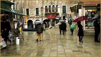 Le Campo et le pont dei Santi Apostoli sous la pluie, dans le Sestier du Cannaregio à Venise.
