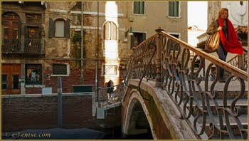La Venise d'hiver : Le Pont del Mondo Novo, dans le Sestier du Castello.