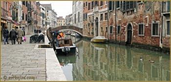Le rio et la Fondamenta de la Misericordia, au fond le pont San Marziale, dans le Sestier du Cannaregio à Venise.