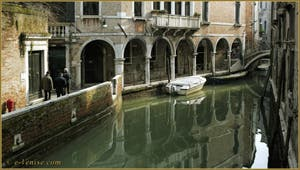 Le rio de Ca' Widmanna, le long du Sotorportego del Magazen, dans le Sestier du Cannaregio à Venise.