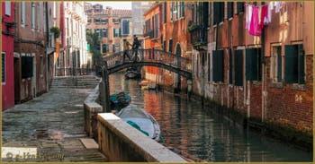 La Fondamenta et le pont dei Sartori, sur le rio de Sant Andrea o dei Sartori o dei Gozzi, dans le Sestier du Cannaregio à Venise.