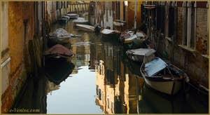 Reflets sur le rio del Malpaga, dans le Sestier du Dorsoduro à Venise.