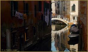 Reflets sur le rio del Malpaga, au fond, le pont de le Turchete, dans le Sestier du Dorsoduro à Venise.