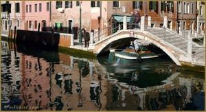 Le pont de Borgo, sur le rio delle Eremite, dans le Sestier du Dorsoduro à Venise.