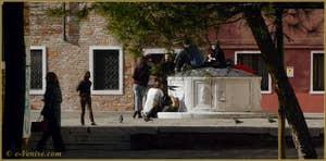 Le puits du XVe siècle du Campo San Trovaso, dans le Sestier du Dorsoduro à Venise.