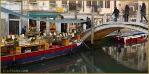 Le bateau-péniche de fruits et légumes sur le rio de San Barnaba, devant le pont dei Pugni, dans le Sestier du Dorsoduro à Venise.