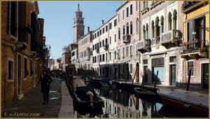 Le rio de San Barnaba avec, au fond, le Campanile dei Carmini, dans le Sestier du Dorsoduro à Venise.