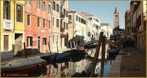 Le rio de San Barnaba avec, au fond, le Campanile de San Barnaba et le pont dei Pugni, dans le Sestier du Dorsoduro à Venise.