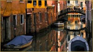 Reflets sur le rio Priuli o de Santa Sofia, sous le pont del Squero, dans le Sestier du Cannaregio à Venise.