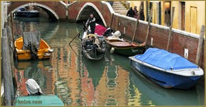 Gondole sur le rio del Mondo Novo, dans le Sestier du Castello à Venise.