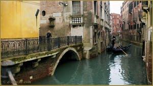 Gondole sur le rio del Mondo Novo, à gauche, le pont Pasqualigo, dans le Sestier du Castello à Venise.