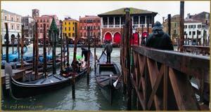 Le Traghetto de Santa Sofia, face au marché du Rialto à Venise.