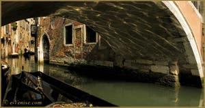 Reflets sur le rio de Santa Maria Formosa, sous le pont de Ruga Giuffa, dans le Sestier du Castello à Venise.