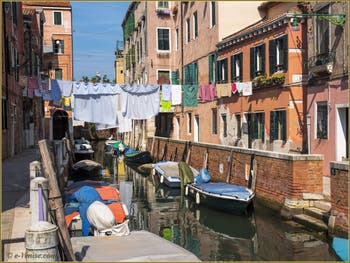 Les beaux reflets et la lessive du rio di San Daniele Riello, dans le Sestier du Castello à Venise.