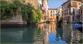 Gondole sur le rio de Malcanton, un rio où se rejoignent les Sestieri de Santa Croce et du Dorsoduro à Venise.