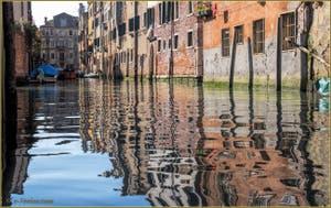 Les doux reflets du rio de l'Acqua Dolce, dans le Sestier du Cannaregio à Venise.