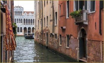 La belle façade du Fontego dei Turchi sur le Grand Canal de Venise, vue depuis le rio di San Marcuola.