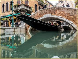 Sandolo sur le rio dei Miracoli, sous le pont de Santa Maria Nova, dans le Sestier du Cannaregio à Venise.