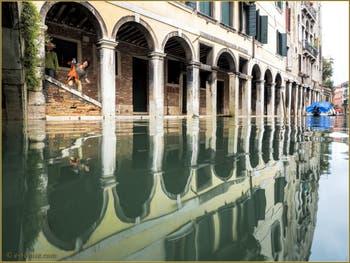 Joli sourire sous le Sotoportego del Tragheto, avec en prime les beaux reflets du rio dei Santi Apostoli, dans le Sestier du Cannaregio à Venise.